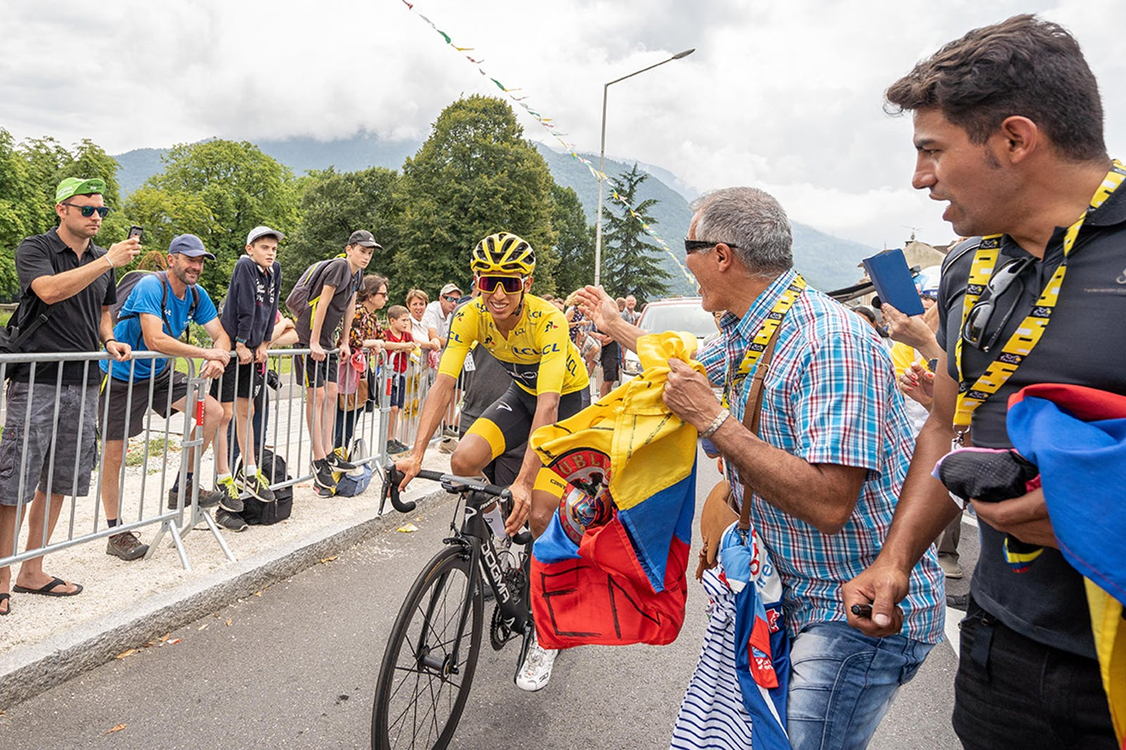 Egan Bernal wins the yellow jersey